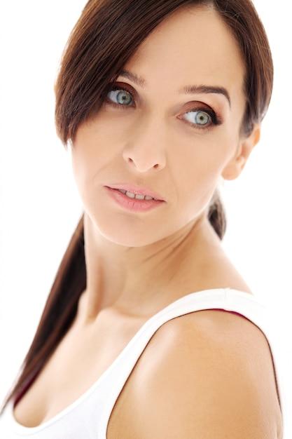 Belle brune aux cheveux longs Photo gratuit