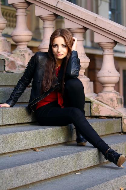 Belle Brune Dans Les Escaliers Photo gratuit