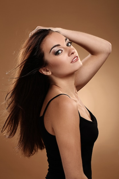 Belle brune avec un maquillage de soirée Photo gratuit