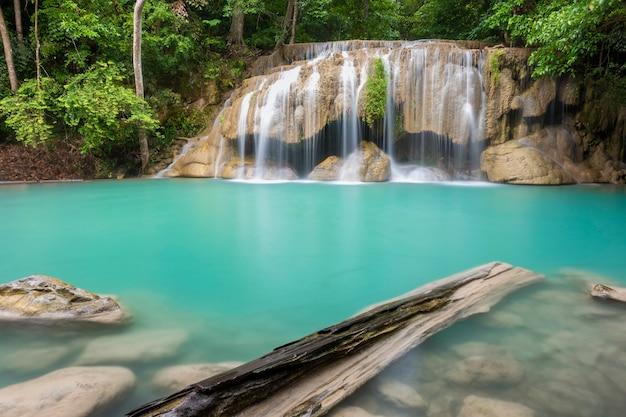 Belle cascade dans un parc national thaïlandais Photo Premium