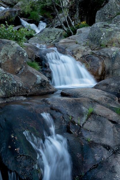 Belle cascade et gros rochers Photo Premium