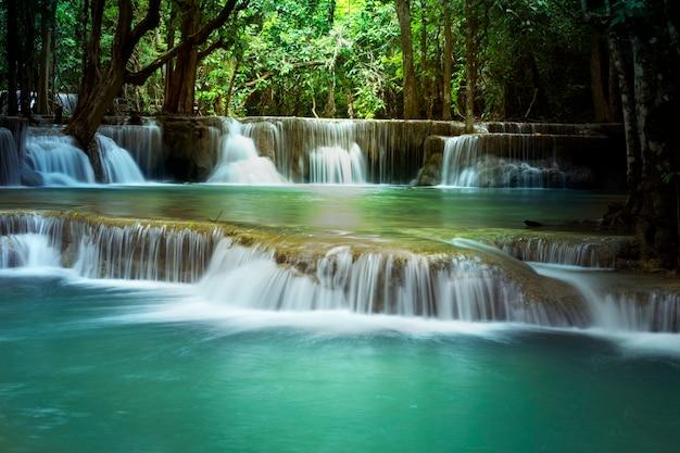 Belle cascade à huay mae kamin kanjanaburi en thaïlande. Photo Premium