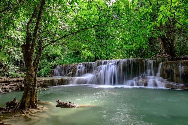 La Belle Cascade S'appelle Hua Mae Kamin Dans Le Parc National D'erawan, Dans La Province De Kanchanaburi, En Thaïlande. Photo Premium