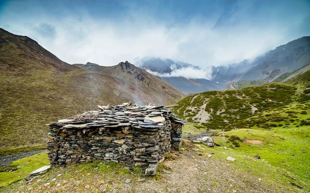 Belle chaîne de montagnes et refuge pour animaux, dans la vallée de tsum, au népal. Photo Premium
