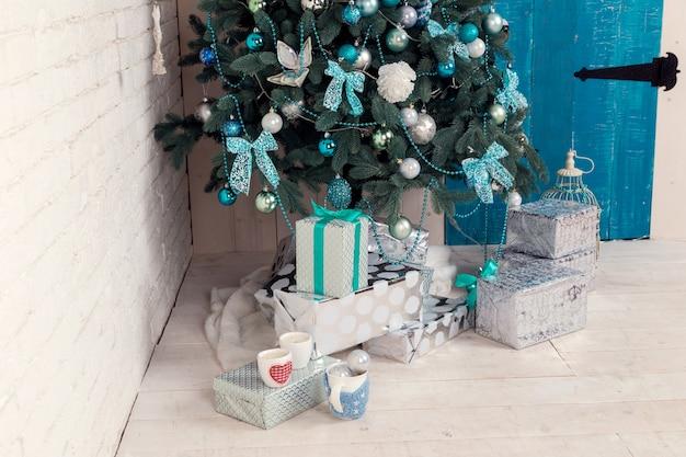 Belle Chambre Décorée De Holdiay Avec Arbre De Noël Avec Des Cadeaux En Dessous Photo Premium