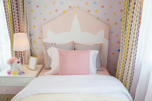 Une belle chambre fille avec un oreiller rose et un lit rose avec un ...