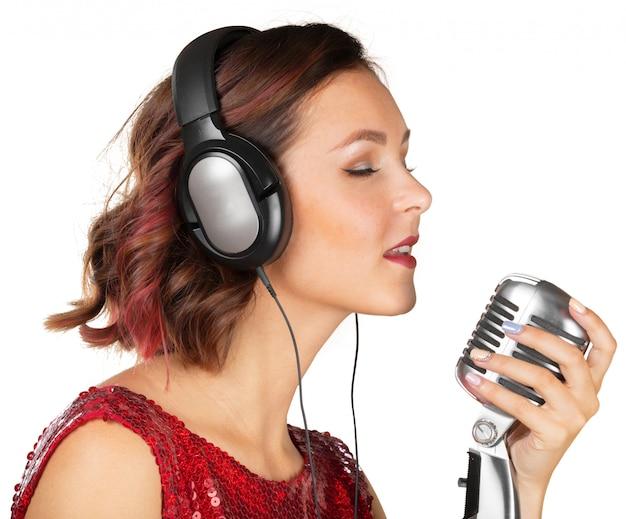 Belle chanteuse chante une chanson Photo Premium