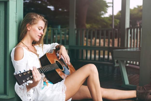 Belle chanteuse compositeur avec sa guitare Photo Premium