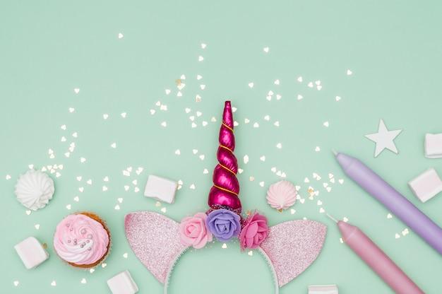 Belle composition d'anniversaire avec des éléments de fête Photo gratuit