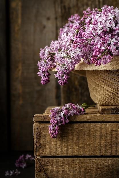 Belle composition avec bouquet de lilas au vieux chapeau Photo Premium