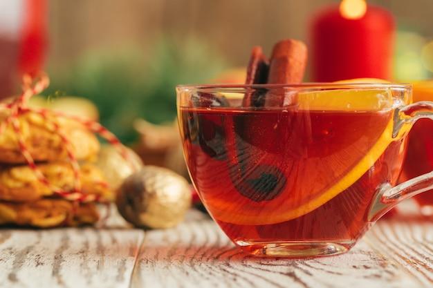Belle composition avec coupe à vin et ingrédients sur table en bois Photo Premium