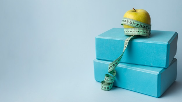 Belle composition sportive avec pomme et ruban à mesurer Photo gratuit