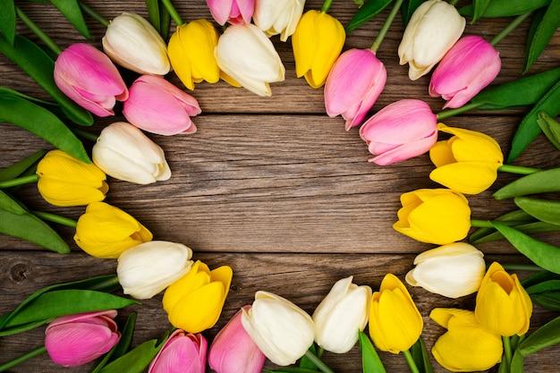 Belle Composition Avec Des Tulipes Colorées Avec Copie Espace Sur Bois Photo gratuit