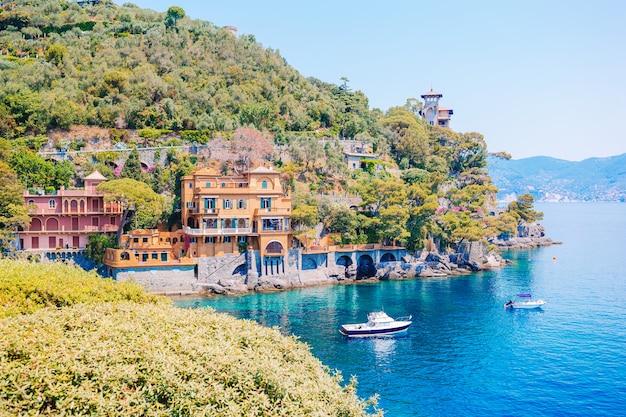 Belle côte de la mer avec ses maisons colorées à portofino, en italie. paysage d'été Photo Premium