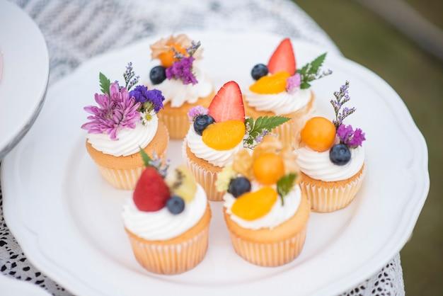 Belle coupe gâteau en fête de mariage Photo Premium
