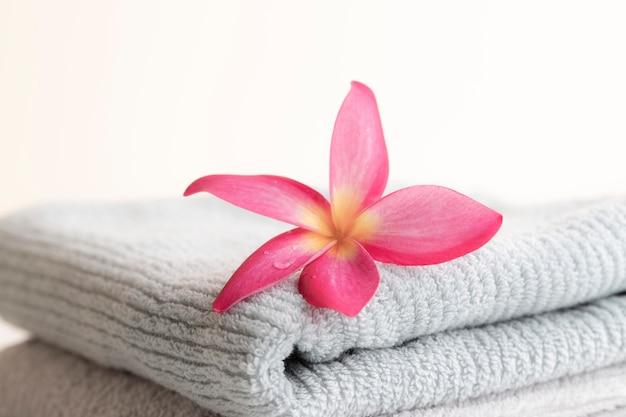Belle couronne de feuilles roses sur la serviette sur le fond Photo Premium