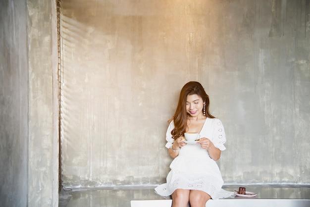 Belle Dame Asiatique Portrait Dans Un Café, Style De Vie De Femme Heureuse Photo gratuit