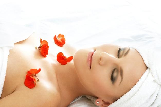 Belle Dame Aux Fleurs Rouges Dans Le Spa Photo Premium