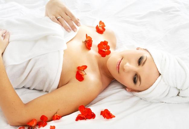 Belle Dame Avec Fleur Rouge Dans Le Spa Photo Premium