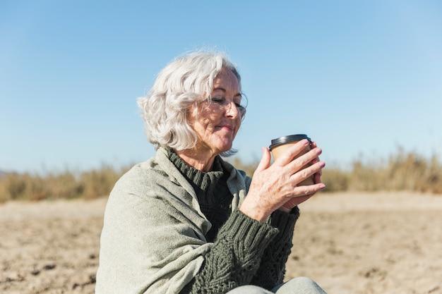 Belle Dame Senior Tenant Un Café Photo gratuit