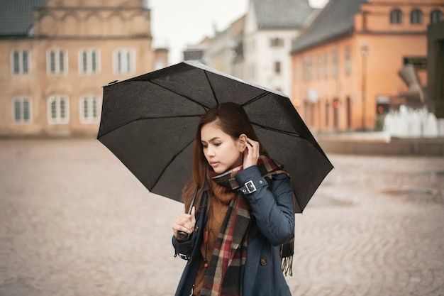 Belle Dame Tient Un Parapluie Dans Le Jour De Pluie Photo Premium