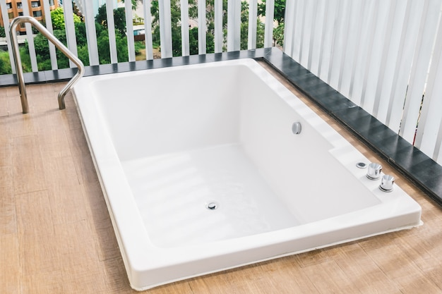 Belle décoration de baignoire blanche à l'extérieur du balcon Photo gratuit
