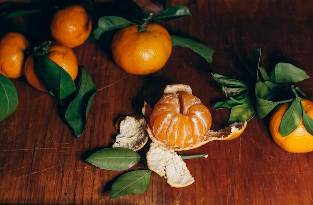 Belle décoration de noël avec des mandarines à la guirlande lumineuse Photo Premium