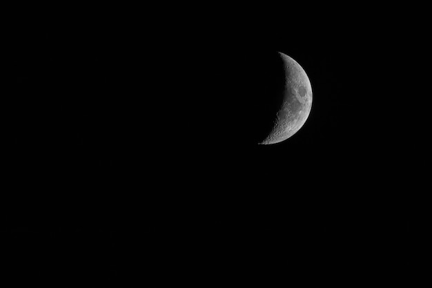 Belle demi-lune mystique sur fond de ciel de nuit noire Photo Premium