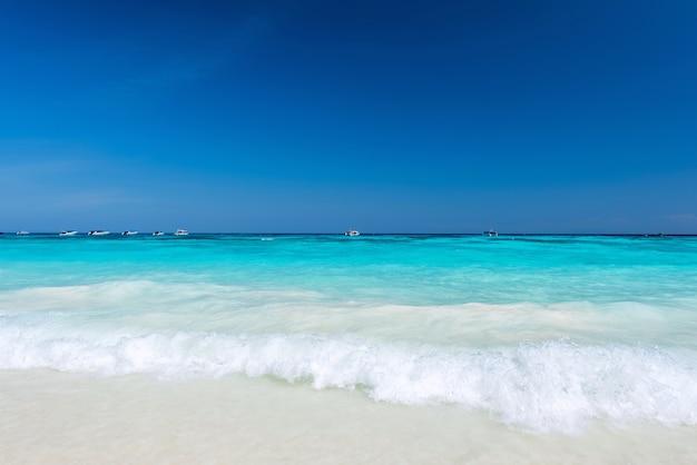 Belle éclaboussure de l'eau à la mer tropicale Photo Premium