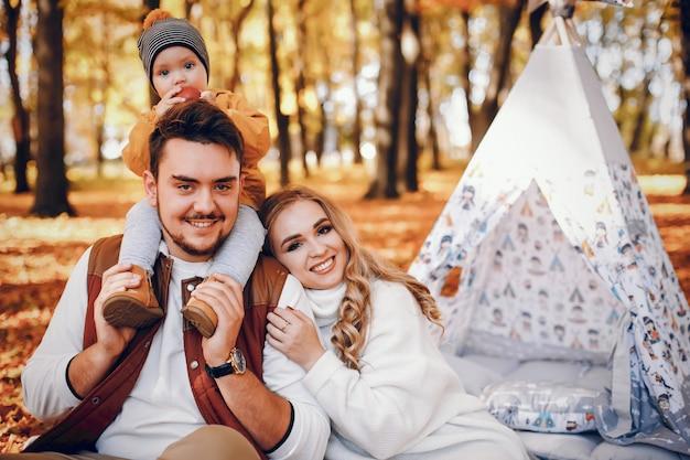 Belle et élégante famille dans un parc Photo gratuit