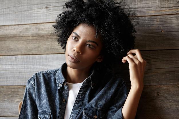 Belle Elegante Jeune Femme A La Peau Sombre Avec Une Coupe De Cheveux Afro Assis Au