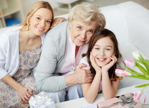 Belle famille dans le salon Photo gratuit