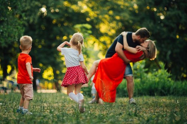 Belle famille danser dans le parc Photo gratuit