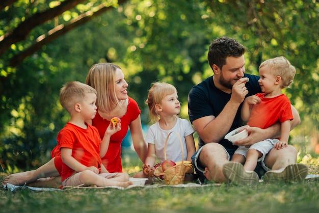 Belle famille jouant dans le parc Photo gratuit