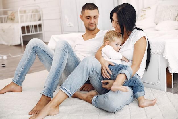 Belle famille passe du temps dans une chambre Photo gratuit