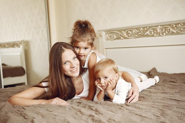 Belle famille passe du temps dans une salle de bain Photo gratuit