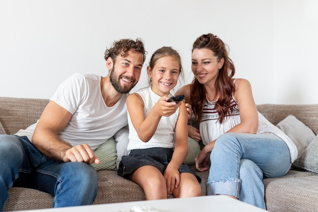 Belle famille s'amuser Photo gratuit