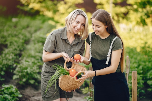 Belle famille travaille dans un jardin près de la maison Photo gratuit