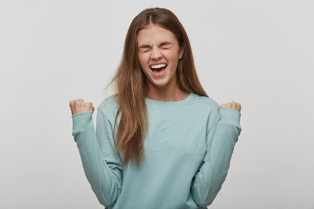 Belle Femme Adolescente Heureuse Et Excitée Exprimant Le Geste Gagnant Photo gratuit