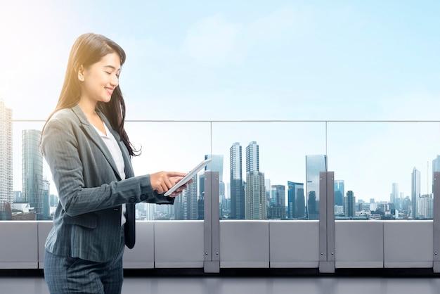 Belle femme d'affaires asiatique travaillant avec tablette numérique Photo Premium