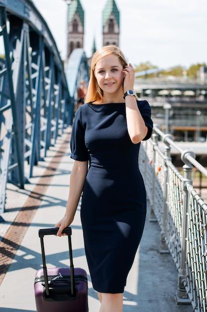 Belle Femme D'affaires Avec Gros Sac En Longeant Un Pont Photo Premium