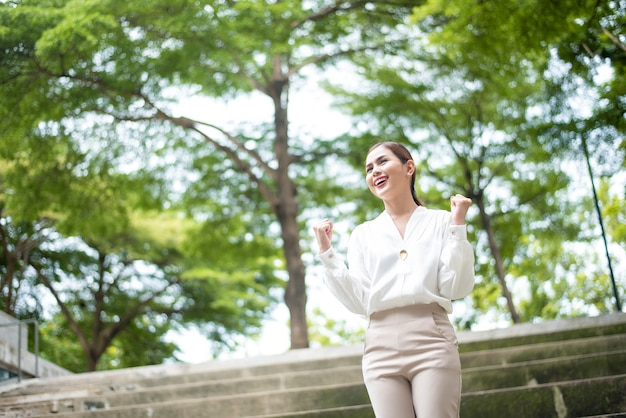 Belle femme d'affaires réussit en plein air Photo Premium