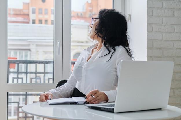 Belle Femme D'affaires Travaillant Avec Ordinateur Portable Photo Premium