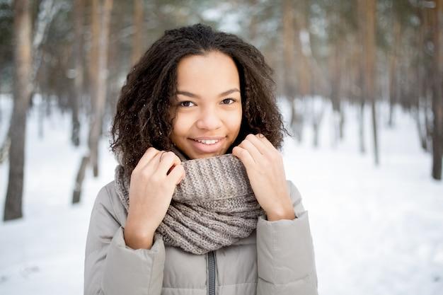 f88ba89b1036 Belle femme africaine touchante écharpe en hiver   Télécharger des ...