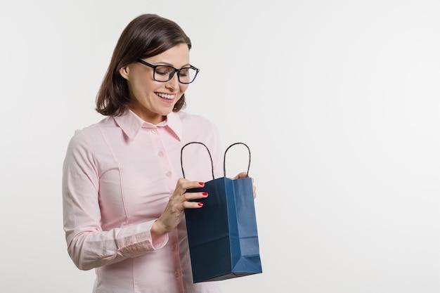 Belle Femme D'âge Moyen Ouvrant Un Sac Photo Premium