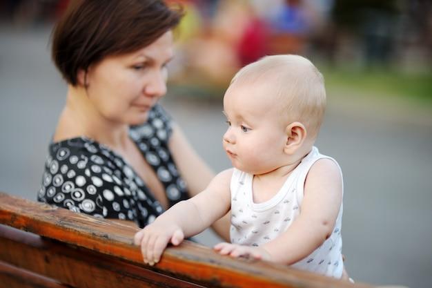 Belle femme d'âge moyen et son adorable petit-fils à la ville Photo Premium