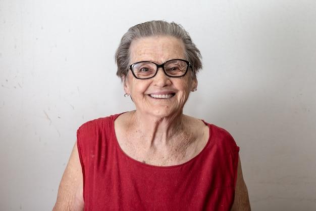 Belle Femme âgée Qui Rit Et Sourit. Femme âgée Souriante. Photo Premium