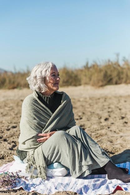 Belle Femme âgée à La Recherche De Suite Photo gratuit