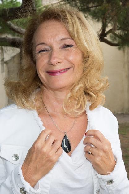 Une Belle Femme âgée Souriante Et Heureuse En Bonne Santé Photo Premium