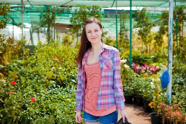 Belle Femme Allongée Dans Un Jardin Photo gratuit